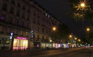 À partir du 1er juillet 2013, les vitrines des magasins devront restreindre leur éclairage la nuit. Ici, le boulevard Haussmann à Paris le 27 juin 2013.