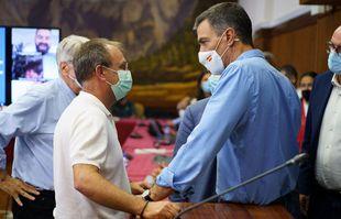 Le Premier ministre espagnol, Pedro Sanchez (à droite), préside une réunion du Comité de gestion du Plan spécial de protection civile et des urgences liées aux risques volcaniques (PEVOLCA), à Santa Cruz de La Palma, le 20 septembre 2021.