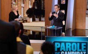 """Nicolas Sarkozy a défendu lundi soir sur TF1 sa volonté de renégocier les accords de Schengen pour empêcher que l'Europe se transforme en """"passoire"""" et a annoncé sa volonté d'alléger les charges pesant sur les artisans ainsi que de créer un impôt pour les exilés fiscaux"""