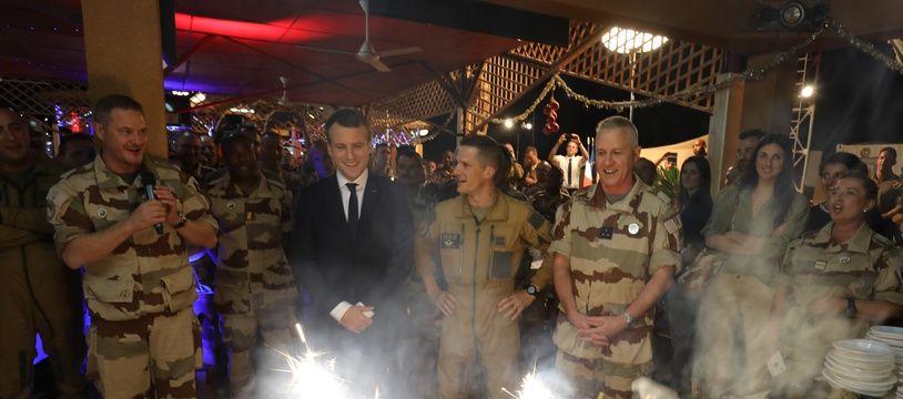 Emmanuel Macron a réveillonné avec des centaines de soldats français déployés au Niger, le 22 décembre 2017.