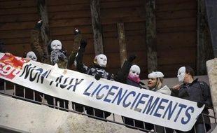 Le tribunal de commerce de Lyon a choisi mercredi Alain Prost et ses associés comme repreneurs pour le fabricant de lingerie Lejaby, ce qui entraîne la conservation de 195 des 450 salariés et la fermeture de l'usine d'Yssingeaux (Haute-Loire), la dernière de la marque en France.