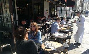 La terrasse du café La Favorite se remplit à l'heure du déjeuner.