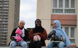 Sokhna, Karthoum et Nour, toutes membres de l'association, se prêtent ici à un shooting photo près d'Olympiades (Paris 13e).