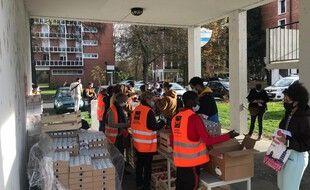 Une distribution de paniers alimentaires aux étudiants,, dans une cité universitaire de Toulouse, le 26 novembre 2020.