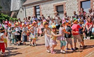 Illustration d'une fête de l'école dans le village de Saint Maixent dans la Sarthe.