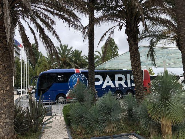 Le car du PSG, bien caché derrière les palmiers