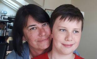 Jeanne-Marie et son fils Max, 10 ans, qui souffre d'autisme doivent se battre chaque année pour obtenir un accompagnement à temps plein.