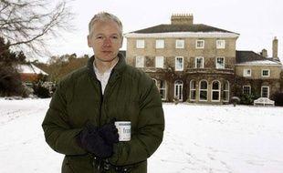 Julian Assange devant le manoir dans lequel il réside près de Norwich, en Grande-Bretagne, depuis sa libération sous caution, le 17 décembre 2010.