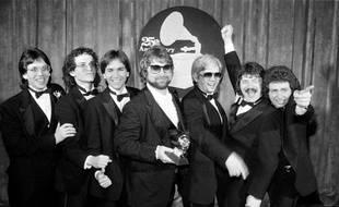 Jeff Porcaro, Steve Porcaro, Michael Porcaro, Dave Paich, Dave Herngate, Bobby Kimball et Steve Lukather de Toto posent après avoir remporté six Grammys lors de la 25e cérémonie annuelle des Grammy Awards à Los Angeles en 1983.