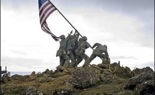 """L'une des images symboles du XXe siècle, celle de soldats américains plantant la bannière étoilée après une bataille au Japon en 1945, est le point de départ de """"Mémoires de nos pères"""" (""""Flags of our fathers""""), le dernier film de Clint Eastwood, sur les écrans français mercredi."""
