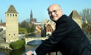 Adrien Zeller pose pour les photographes en mars 2004