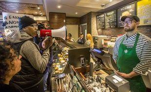Manifestation dans un Starbucks de Philadelphie après l'arrestation de deux Noirs.