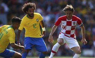 Modric en duel avec Marcelo lors du match amical entre le Brésil et la Croatie.