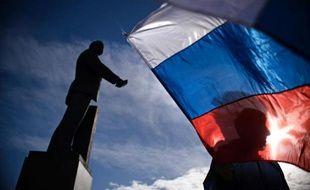 Le drapeau russe flotte sur la place Lénine à Simféropol en Crimée, le 17 mars 2013