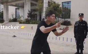 Dans la vidéo, un officier de police s'est glissé dans la peau de l'agresseur.