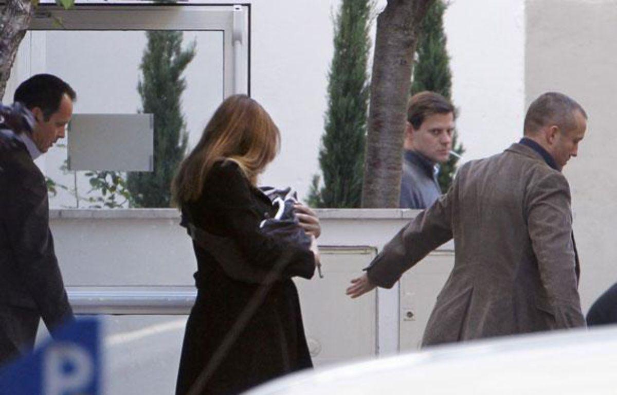 Carla Bruni-Sarkozy sort de la clinique de la Muette (16e arrondissement) avec sa fille, le 23 octobre 2011. – T. SAMSON / AFP