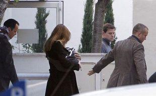 Carla Bruni-Sarkozy sort de la clinique de la Muette (16e arrondissement) avec sa fille, le 23 octobre 2011.
