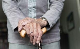Une dame âgée avec sa canne. Illustration.