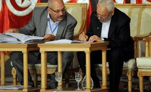 Rached Ghannouchi, leader du parti islamiste tunisien Ennahda, signe l'engagement de son parti à quitter le gouvernement à la fin octobre 2013, le 5 octobre 2013 à Tunis.