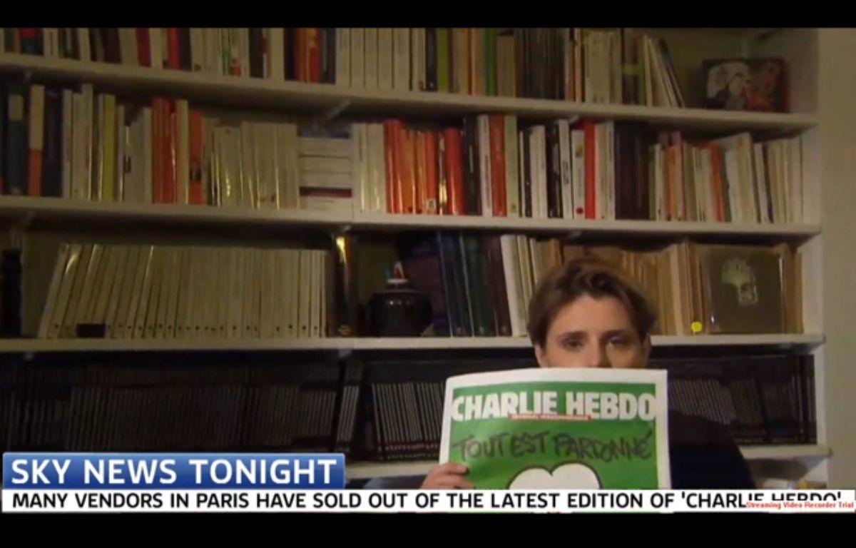 Caroline Fourest essaye de montrer la une de Charlie Hebdo à la tél britannique – skynews