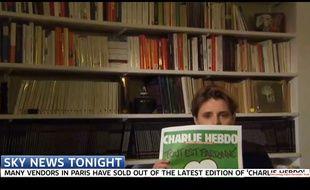 Caroline Fourest essaye de montrer la une de Charlie Hebdo à la tél britannique