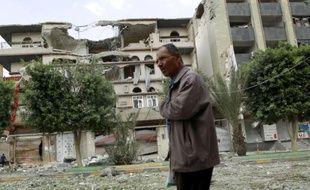 Un Yéménite marche au milieu d'immeubles détruits après des frappes de la coalition arabe, le 5 septembre 2015 à Sanaa
