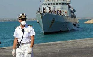 """Le navire militaire italien """"Chimera"""" avec 350 migrants à bord, arrive le 30 juin 2014 dans le port de Pozzallo en Sicile"""