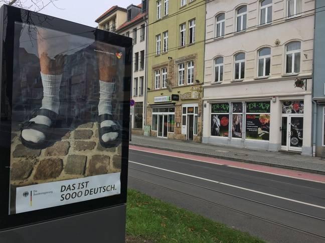 Une campagne d'affichage sur l'unité allemande, pour les 30 ans de la chute du mur de Berlin, dans les rues d'Erfurt, le 31 octobre 2019.