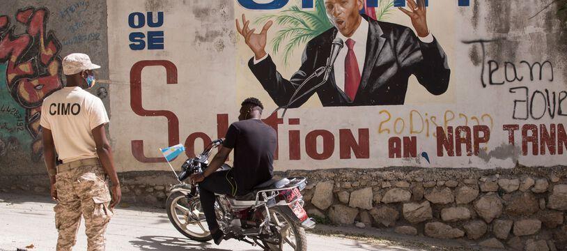 Un policier garde l'accès à la maison du président assassiné Jovenel Moise aujourd'hui, à Port-au-Prince, Haïti.