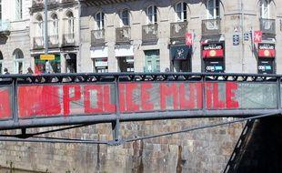 La passerelle où un étudiant a été grièvement blessé a été peinte en rouge le 1er mai 2016 à Rennes.