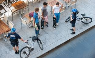 Des policiers municipaux de Bordeaux discutent avec des skateurs sur le Cours du Chapeau Rouge sur lequel la pratique était jusque là interdite. - Photo : Sebastien Ortola