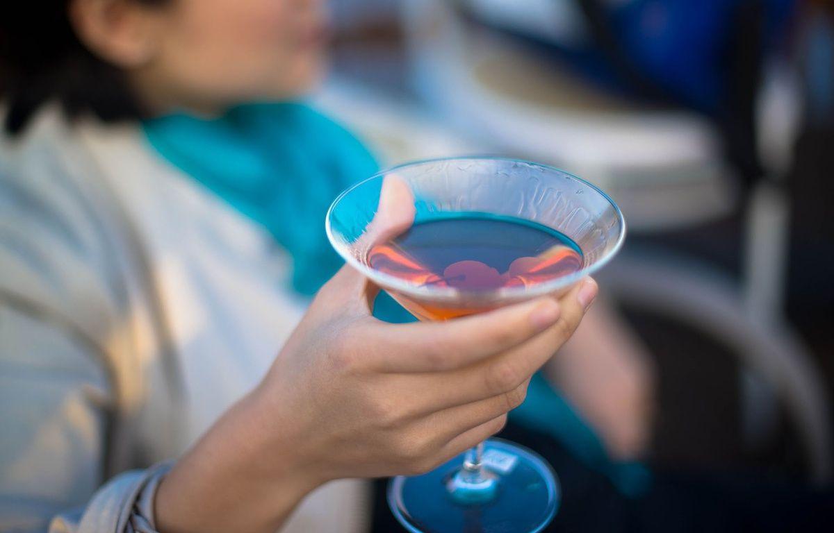 Illustration d'une femme qui boit un verre d'alcool. Pendant la grossesse, il est fort déconseillé pour les femmes de boire de l'alcool.  – Pixabay