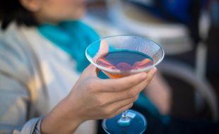 Illustration d'une femme qui boit un verre d'alcool. Pendant la grossesse, il est fort déconseillé pour les femmes de boire de l'alcool.