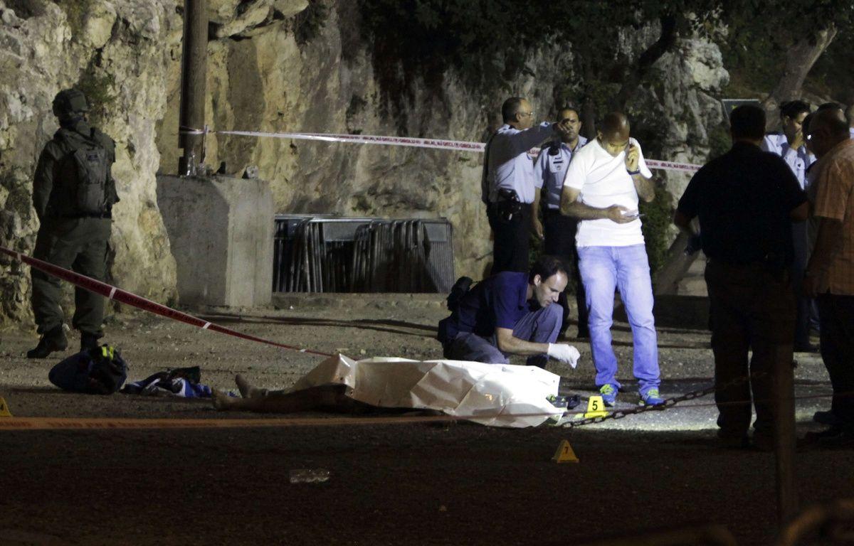 La police israélienne se tient autour du corps d'un assaillant palestinien, à Jérusalem le 16 juin 2017. Il est l'auteur d'une attaque, avec deux autres palestiniens, qui a coûté la vie à une policière israélienne.  – Mahmoud Illean/AP/SIPA