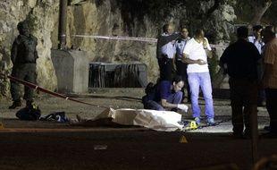 La police israélienne se tient autour du corps d'un assaillant palestinien, à Jérusalem le 16 juin 2017. Il est l'auteur d'une attaque, avec deux autres palestiniens, qui a coûté la vie à une policière israélienne.