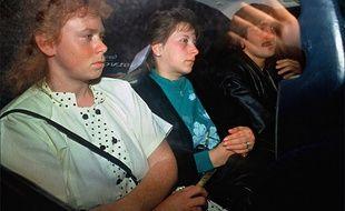 Murielle Bolle (à gauche) sortant du tribunal en octobre 1989.