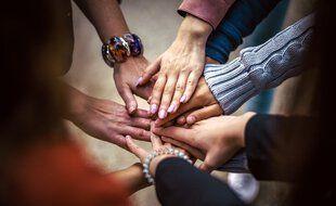 Pour certains, se lancer dans des initiatives solidaires permet de retrouver du sens et de la joie de vivre en temps de coronavirus.