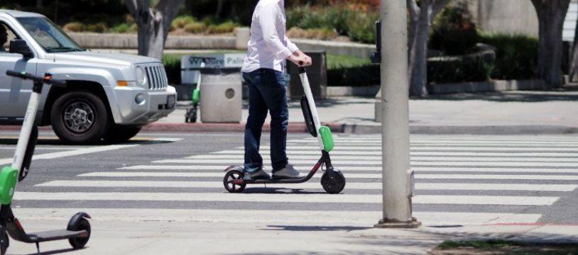 Un usager de trottinette électrique dans les rues de Santa Monica aux Etats-Unis.