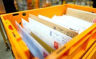 Du courrier dans un centre de tri de La Poste.