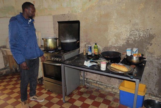 Alia, Guinéen de 22 ans, devant la cuisine du squat des migrants de Doulon.