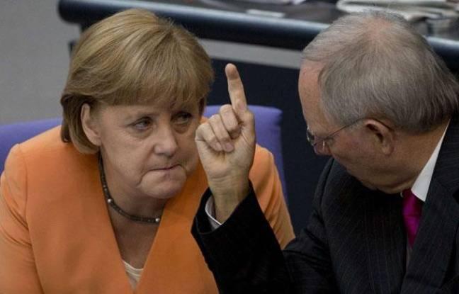 La Chancelière allemande Angela Merkel en discussion avec le ministre allemand des Finances Wolfgang Schaeuble, lors d'une session spéciale du parlement allemand, le Bundestag.