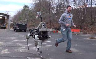 Spot est un robot quadrupède de Boston Dynamics qui pèse environ 75 kilos.