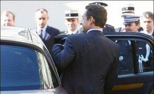 """Pour résoudre les problèmes de pollution et de congestion automobile, Nicolas Sarkozy (UMP) veut surtout encourager les """"véhicules propres"""", Ségolène Royal (PS) les transports en commun et Jean-Marie Le Pen (FN) ne pas faire de l'automobiliste un """"bouc émissaire"""", expliquent-ils dans des interviews au site internet argusauto.com publiées mercredi."""