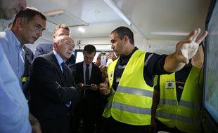 Le ministre de l'Intérieur, Gérard Collomb, rend visite aux pompiers en Corse à Biguglia, le 25 juillet 2017.