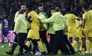 Samedi soir, à l'issue du match, un jeune homme a couru vers Kara Mbodji pour lui réclamer son maillot.