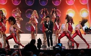 Travis Garland chante devant des candidates lors de l'élection de Miss USA, le 12 juillet 2015.