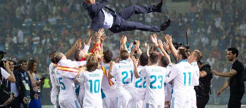 Zidane célébré par ses joueurs après la victoire en Ligue des champions contre Liverpool, le 25 mai 2018.