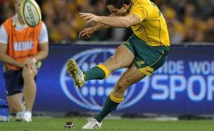 L'Australie a difficilement battu le pays de Galles (25-23), ne passant devant au score qu'après la sirène grâce à une pénalité du demi d'ouverture Mike Harris, samedi à Melbourne (Australie), dans le deuxième d'une série de trois test-matches