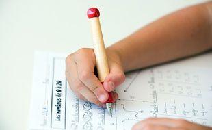Illustration d'un enfant faisant ses devoirs après l'école.