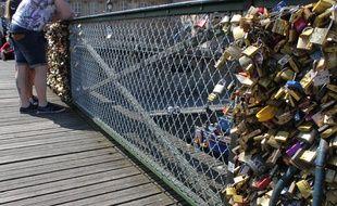 Une balustrade a été remplacée jeudi 10 avril 2014 sur le Pont des Arts à Paris.